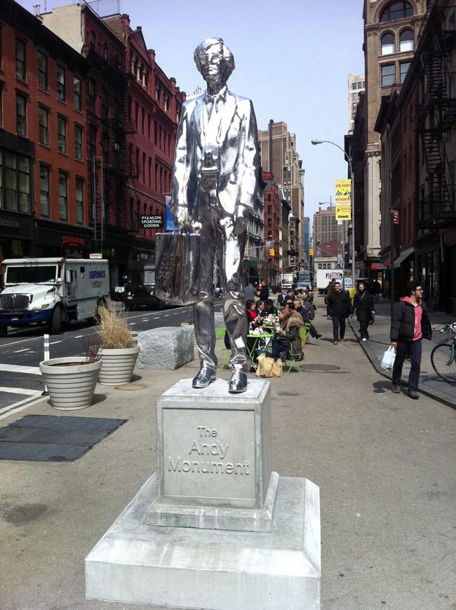 Памятник Энди - Нью-Йорк.  Писающий фонтан у Музея Кафки - Прага...
